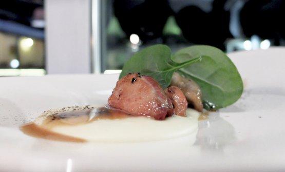 Quaglia confit con la sua demi glace, finferli al rosmarino, purea di patate e alga nori