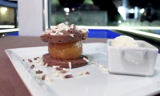 Crema chiboust al cioccolato, pera allo zafferano e gelato di fiordilatte
