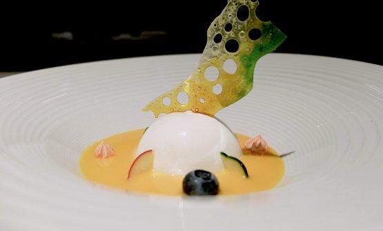 Sfera al limone su acqua di arance di Sicilia, meringa di cavolo viola, cetriolo, ravanello, il tutto con uno specchio di vetro di zucchero. Anche in questo dessert non ci sono zuccheri aggiunti, se si eccettua per lo specchioin cui viene utilizzato solo il fruttosio del limone e dell'arancia