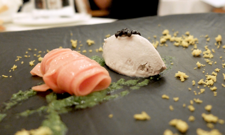 La cena vera e propria inizia subito con un piatto fantastico, creato nel 2012: Gelato di anguilla, caviale Oscietra, pasta alla rosa canina e semi di finocchietto con maionese di pompelmo.Equilibri perfetti