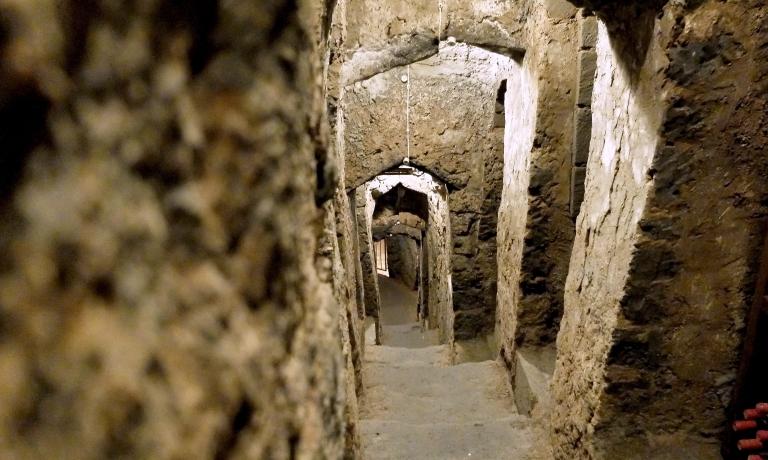 Al termine della cena, la visita all'incredibile cantina, che risale addirittura al 6° secolo avanti Cristo. Si scende per 25 metri