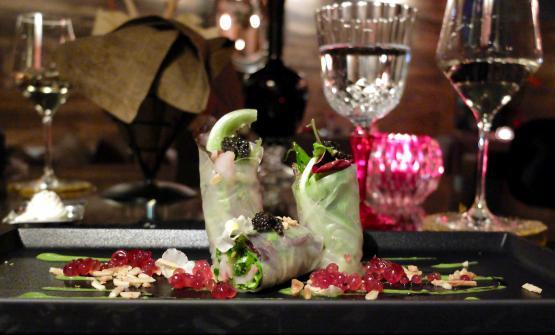 Storione leggermente affumicato avvolto in carta di riso con crema di broccoli, gelatina di melograno e mandorle tostate