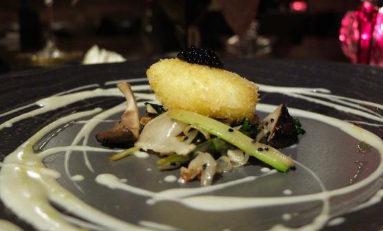 Uovo in camicia impanato e fritto con verdure al sesamo e fonduta di parmigiano, perle di tartufo