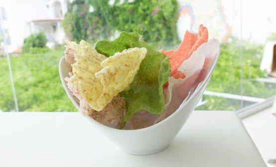 Chips agli spinaci; al farro e curcuma; al riso integrale; alla rapa rossa; al cavolo rosso. Poi anche una crema al formaggio di bufala e dei taralli al peperoncino e farina di segale