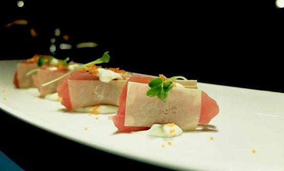 Millefoglie di tonno, besciamella, olio al tartufo e ikura