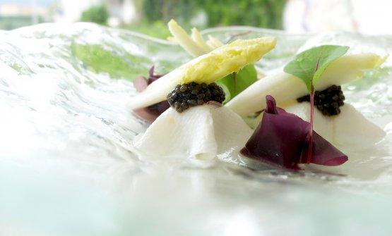 Sfogia di calamaretto, robiola di capra, indivia, caviale e acqua di cetriolo e zenzero