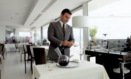 Roberto Adduono, gran maître, serve un Montevetrano 1999 Colli di SalernoIgt (Cabernet Sauvignon, Aglianico e Merlot)