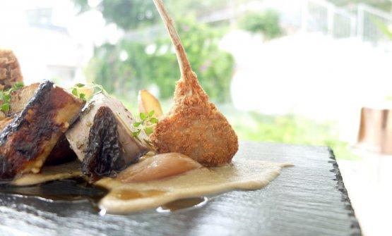 Agnello da latte con foie gras, spugnole e zucchine. La costoletta fritta, la sella farcita di foie gras, la spalla e la coscia in pasta fillo, poi patate, spugnole, crema di melanzana arrostita con aceto di Barolo