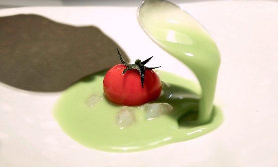 """Tomate nitro, gazpacho verde y quisquillas (""""Pomodoro all'azoto liquido, gazpacho verde e quisquillas"""" – 2008). Lequisquillas sono minuscoli gamberetti andalusi, molto delicati, con le loro uova"""