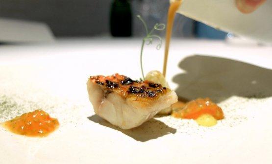 Caldito de roteña, salmonete a la brasa y tomate en tempura(
