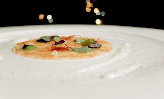 Gamberi, crema di bufala, alga croccante, polvere di rapa rossa, gel al limone, pesto di basilico
