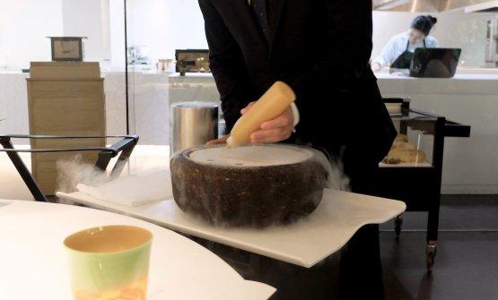 Una crema di mango viene lavorata all'azoto liquido...