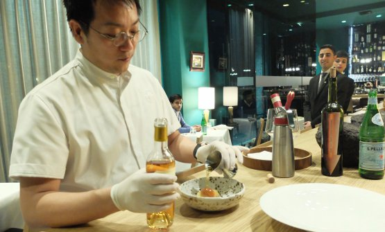 Tokuyoshi mentre prepara il babà