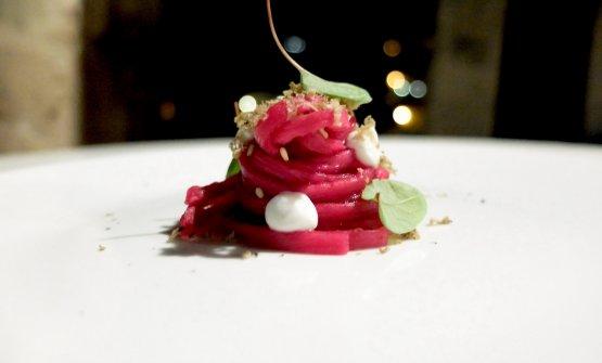 A noi sono piaciuti moltissimo gli Spaghetti di daikon marinati alla rapa rossa, mousse di ricotta vaccina, acetosella, tartufo nero scorzone. È il piatto che a nostro giudizio dà meglio di tutti la misura della potenzialità in cucina, tra territorio e ricerca