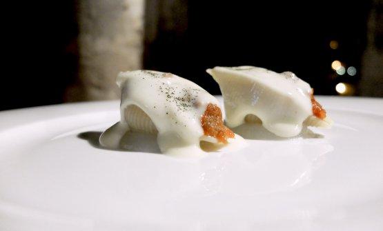 Si torna nel comfort food con i Conchiglioni ripieni di pezzente, spuma di caciocavallo e gel di pera. Si può osare di più