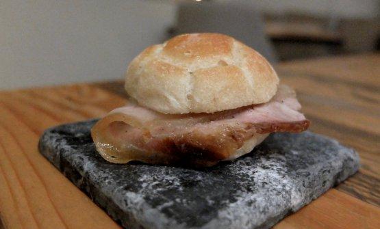 S'inizia con un appetizer che fonde insieme l'Abruzzo con la Puglia, regione d'origine dello chef: una rosetta farcita con la porchetta, e in accompagnamento uno champagneEdmondBourdelat