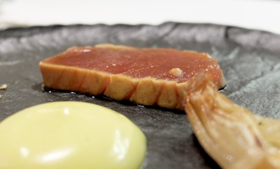 Meraviglioso ilTonno marinato alla soia, maionese al wasabi e cipollotto al coppo, con sale al sesamo