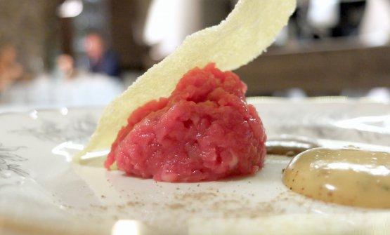 Tartare di vitellone, granturco, sarde in crema, con polvere di porcini e salsa all'uovo ed erba cipollina