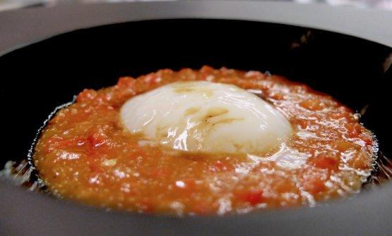 """Il nostro uovo biologico """"in purgatorio"""", piatto godibilissimo. Anche qui si viene da una tradizione povera, l'uovo condito con cipolle, porri e peperoni. Qui l'uovo pochée, «vestito di bianco come le anime del Purgatorio», incontra le verdure di cui sopra, ma anche la liquirizia di Atri e l'amaranto"""