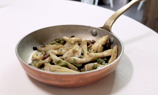 A margine, il contorno è di funghi pleuroto etolled'aglio di Sulmona.Le tolle, o zolle d'aglio sono ll termine dialettale per lo scapo fiorale, cioè l'infiorescenza dell'aglio