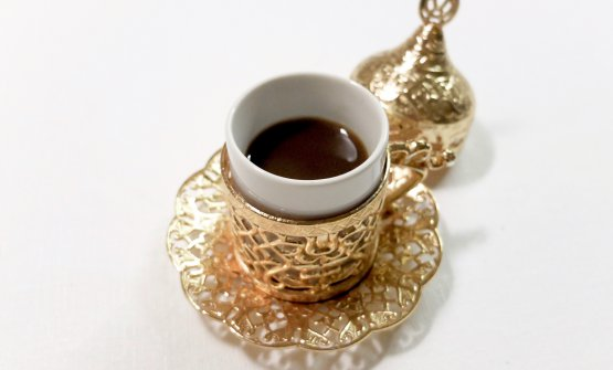 """Il finaleriserva un'altra sorpresa: non un caffè classico, ma di volta in volta una proposta di """"caffè del mondo"""", con tanto di tazza relativa. In questo caso, un caffè turco (caffè verde non tostato ma disidratato, coltivato nel deserto di Dubai), con note di cardamomo, cannella e anice stellato, dolcificato con polvere di carruba e poco zucchero di canna. «Poi proseguiremo il nostro viaggio, prossima tappa probabilmente in Italia, con un caffè alla valdostana nella grolla...»"""