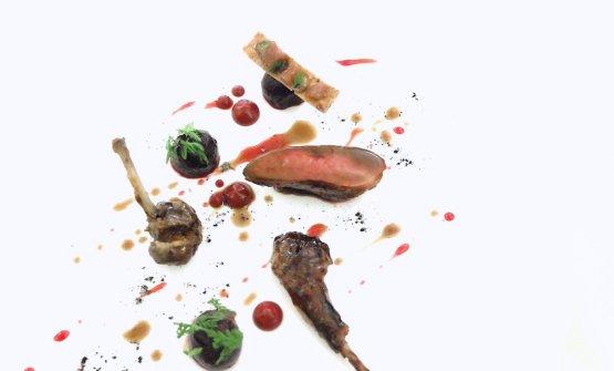 Piccione del Casentino cotto su braci di foglie di tabacco toscano. Una delizia: il petto è arrostito, la coscia marinata in acqua di ostriche, il filetto marinato in colatura di alici, poi maionese di aglio nero, crema di rape rosse, rape rosse e achillea. Gran piatto