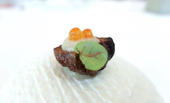 Molto buona la Corteccia di topinambur con crema di topinambur al cioccolato bianco e uova di salmone selvaggio