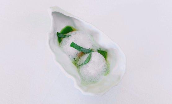 Ostrica, gambero viola di Santa Margherita Ligure, cetriolo ghiacciato, schiuma di acqua di ostrica, foglia ostrica