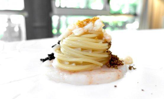 Spaghetti aglio olio e peperoncino, gambero biondo, bottarga di Cabras, polvere di olive