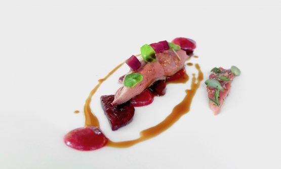 Il petto del piccione è accompagnato da rapa rossa alla grappa e in agrodolce. Il filetto è marinato al pepe