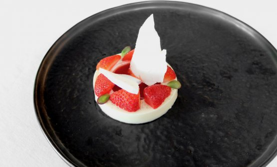 Panna e fragole: panna cotta alla vaniglia, fragole marinate nel succo di fragole, meringa acida, coulis di fragole