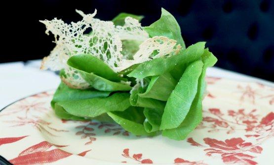 Caesar Salad in Emilia: lattuga, chips di Parmigiano, pane all'aglio, salse di aceto balsamico&maionese, acciughe&capperi, Caesar dressing