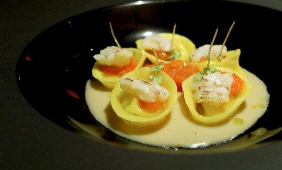 Ravioliniripieni di ricotta di bufala, salsa di cicale di mare, cicale di mare sbollentate e pomodorini