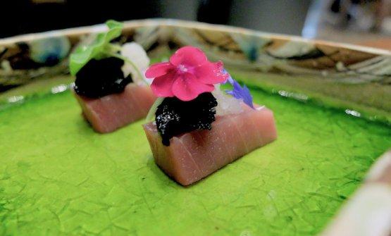 Ventresca di tonno siciliano, alga nori marinata nella soia, daikon e wasabi al naturale