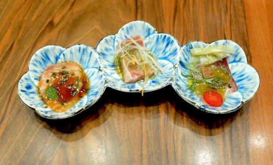 Tris di carpacci, un piatto storico di Wicky, «l'ho ideato 25 anni fa». Da sinistra, Salmone dei cinque continenti (ossia salmone canadese scottato con olio di sesamo, salsa di soia e agrumi, spezie da tutto il mondo); Tonno triangolo(ossia filettodi tonno siciliano scottato con salsa alla senape giapponese e pepe del Punjab, a rappresentare insiame l'Italia, il Giappone e l'India); Ricciola giapponese con patè di capperi di Pantelleria e indivia belga marinata nell'aceto di mele