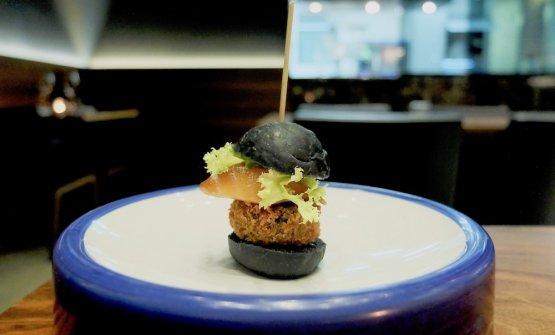 Miniburger di salmone: pane al carbone vegetale, salmone alla soia e zenzero, panna acida allo yuzu, polpetta di cima di rapa, crema dolce alla barbabietola. Buono, ma ci è stato servito un po' troppo poco caldo