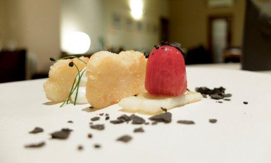 Calamaro condensato in due consistenze: in purezza con pomodoro confit;frullato, compattato e infine fritto e accompagnato da panna acida