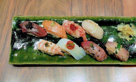Sushi Kan, un classicissimo dello chef. Dall'alto a sinistra, in senso orario:sushi di angus scozzese con salsa al rosmarino e tratufo nero, di salmone canadese con zenzero e menta; di gambero rosso di Mazara del Vallo con datterino; di capesante pugliesi con polvere di yuzu e di peperoncino; di ricciola e di tonno, entrambicon salsa dei 5 continenti; di baccalà con datterino e bottarga di muggine; di mazzancolla pugliese con patè di capperi di Pantelleria