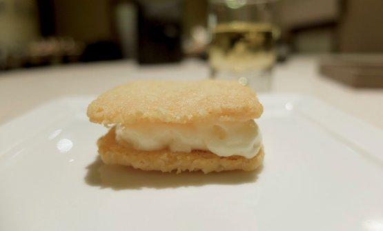 Cicchetto e millefoglie di Bettelmatt: la sfoglia al formaggio racchiude spuma di Bettelmatt, Gualadris serve in accompagnamento un bicchierino diJurançon