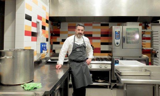 Dietro Al Pont de Ferr, nel cortile interno, c'è una seconda cucina con molte apparecchiature, dove vengono effettuate varie operazioni - la disidratazione, ad esempio. Il locale era una vecchia officina della Porsche, ancora sono appese all'esterno le insegne della casa automobilistica tedesca e l'interno è piastrellato coi suoi colori, giallo-oro, rosso e nero, ripresi dalla bandiera della Germania. Lì Tanio Liotta ha fotografato Ivan Milani