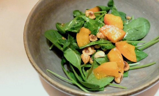 Una splendida idea questa insalatina finale: Spinaci crudi, nocciole, albicocche, olio e limone