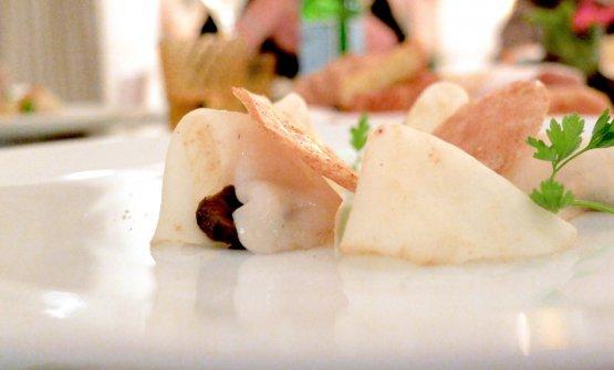 Carpaccio di sedano rapa di Verona marinato, noci di capesante, chips di grano saraceno, noci marinate e speziate