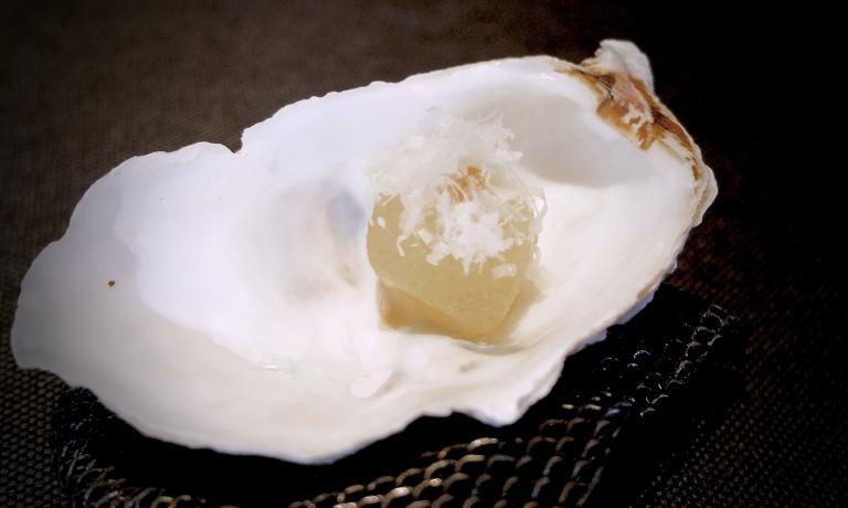 Perla cacio e pepe di melone bianco marinato nel gin