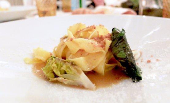 Doppia tagliatella tirata al mattarello con limone, parmigiano, misticanza di verdure, polvere di guanciale di porchetta e sugo di pollo