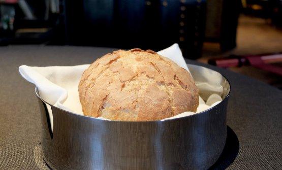 Pane di farina Antiqua, 100% lievito madre. In accompagnamento il grande olio sicilianoIncusodi Pasquale Bonsignore