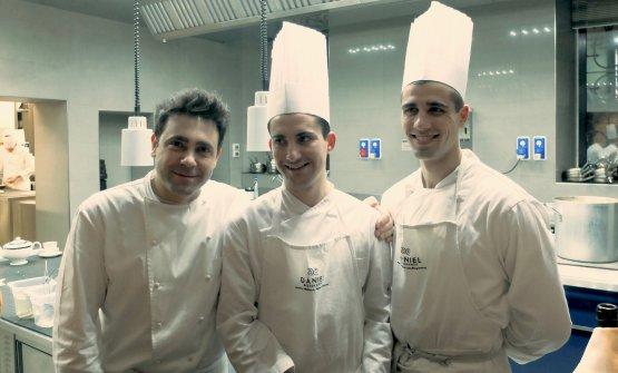 Canzian coi suoi collaboratori Matteo Moro (al centro) e Carmelo Gambino. Ci dice di loro: «Saranno dei grandi chef»