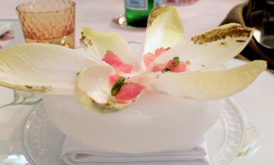 Indivia quasi dolce, pasta di pistacchi, ganache di cioccolato bianco, pompelmo rosa e gnocco bianco