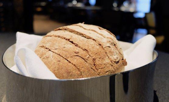 Cambio di pane: questo è integrale ai 5 cereali, con nocciole trilobate di Langa e finocchietto. In accompagnamento un burro demi sel di Normandia