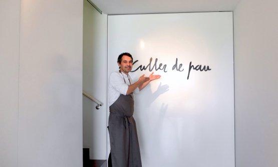Javier Olleroswelcomes us in hisCuller de Pau,
