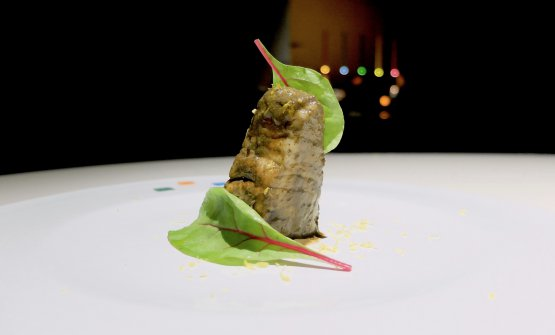 Cernia con argilla ventilata, salsa teriaki, scorza di limone, foglie di rapa rossa